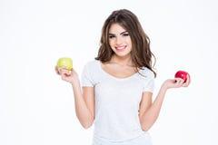 Uśmiechnięta urocza kobieta trzyma dwa jabłka Fotografia Stock