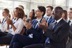 Uśmiechnięta widownia oklaskuje przy biznesowym konwersatorium zdjęcie royalty free