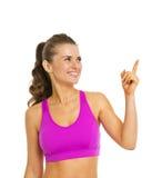 Uśmiechnięta zdrowa młoda kobieta wskazuje na kopii przestrzeni zdjęcie stock