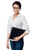 Uśmiechnięte żeńskie wykonawcze mienie biznesu kartoteki Zdjęcia Royalty Free