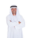 Uśmiechnięte arabskie mężczyzna pozyci ręki krzyżowali nad białym tłem Zdjęcie Royalty Free