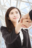 Uśmiechnięte biznesowej kobiety chwiania ręki Zdjęcia Royalty Free