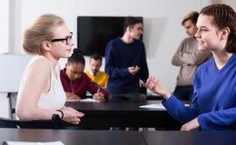 Uśmiechnięte chłopiec i dziewczyna ucznie ma rozmowę przy recesją Zdjęcia Royalty Free