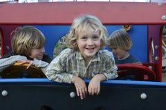 Uśmiechnięte chłopiec w zabawki ciężarówce obrazy royalty free