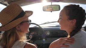 Uśmiechnięte dziewczyny Na miejsce na przedzie samochód mówją oddalać w linii horyzontu I spojrzenia zbiory wideo