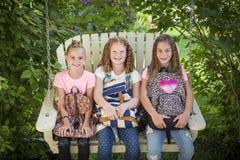 Uśmiechnięte dziewczyny przygotowywać iść szkoła Zdjęcie Royalty Free