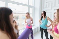 Uśmiechnięte kobiety gawędzi przed ich joga klasą fotografia royalty free
