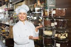 Uśmiechnięte kobiety sprzedawania czekolady zdjęcia stock