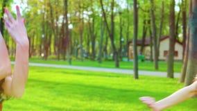 Uśmiechnięte kobiety w ludzie projektowali kostiumów tanczyć outside z obiektywu racy skutkiem zbiory wideo