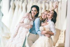 Uśmiechnięte kobiety z ślubnymi sukniami obrazy stock