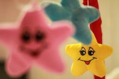 Uśmiechnięte koloru żółtego, błękita i menchii gwiazdy, Zdjęcia Royalty Free
