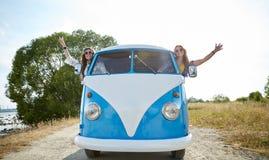 Uśmiechnięte młode hipis kobiety jedzie furgonetka samochód Zdjęcia Stock