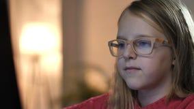 Uśmiechnięte małej dziewczynki dopatrywania kreskówki online zbiory