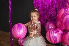 Uśmiechnięte małych dziewczynek sztuki z menchiami szybko się zwiększać przy studiiem Fotografia Stock