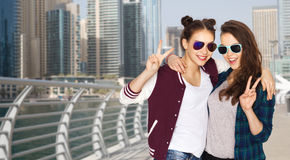 Uśmiechnięte nastoletnie dziewczyny w okularach przeciwsłonecznych pokazuje pokój Zdjęcie Royalty Free