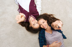 Uśmiechnięte nastoletnie dziewczyny wskazuje palec ty Obraz Royalty Free