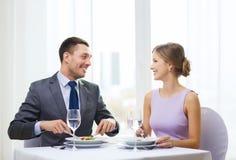 Uśmiechnięte pary łasowania zakąski przy restauracją Zdjęcie Royalty Free