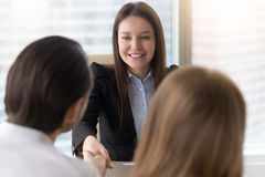 Uśmiechnięte piękne bizneswomanu chwiania ręki na biznesowym meetin Obraz Royalty Free