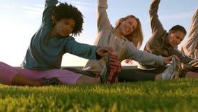Uśmiechnięte sporty kobiety rozciąga podczas sprawności fizycznej klasy zdjęcie wideo