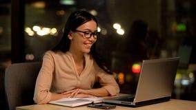 U?miechni?tego ?e?skiego freelancer laptopu czytelniczy email, online edukacja, wideo lekcja fotografia royalty free