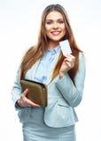 Uśmiechniętego Biznesowej kobiety chwyta płatnicza kredytowa karta i kiesa whit Zdjęcie Stock