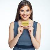 Uśmiechniętego biznesowej kobiety chwyta złocista kredytowa karta Zdjęcia Stock