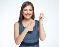 Uśmiechniętego biznesowej kobiety chwyta złocista kredytowa karta Obraz Stock