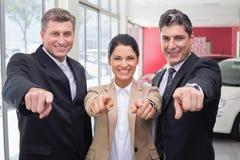 Uśmiechniętego biznesu drużynowy wskazywać przy kamerą Zdjęcie Stock
