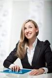 Uśmiechniętego bizneswomanu siedzący główkowanie Obrazy Stock