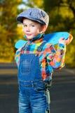 Uśmiechniętego chłopiec mienia koloru centu plastikowa deska Zdjęcie Stock