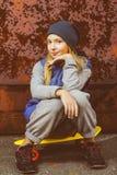 Uśmiechniętego dziewczyny mienia koloru centu plastikowa deska lub Fotografia Stock