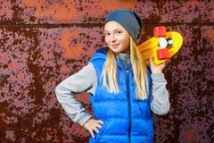 Uśmiechniętego dziewczyny mienia koloru centu plastikowa deska lub Obrazy Stock