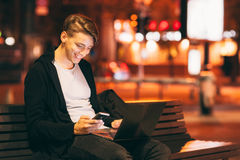Uśmiechniętego faceta czytelnicza wiadomość na smartphone Zdjęcie Royalty Free