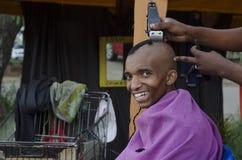 Uśmiechniętego klienta Afrykański ostrzyżenia fryzjer męski biznes zdjęcie stock