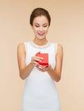 Uśmiechniętego kobiety mienia prezenta czerwony pudełko Fotografia Stock