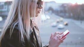 Uśmiechniętego kobiety smartphone środków szczęśliwy ogólnospołeczny nałogowiec zbiory