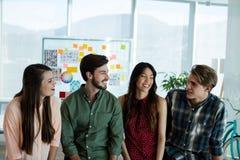 Uśmiechniętego kreatywnie biznesu drużynowy oddziałać wzajemnie z each inny obrazy royalty free