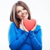 Uśmiechniętego młoda kobieta chwyta czerwony serce, walentynki symbol dziewczyna Fotografia Stock