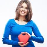 Uśmiechniętego młoda kobieta chwyta czerwony serce, walentynki symbol dziewczyna Zdjęcie Royalty Free
