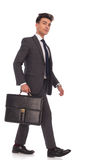 Uśmiechniętego młodego biznesowego mężczyzna odprowadzenia przedni i przyglądający up zdjęcia royalty free