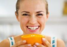 Uśmiechniętego młodej kobiety mienia pomarańczowy plasterek zdjęcia royalty free