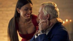 Uśmiechniętego młodej kobiety przytulenia starszy dżentelmen, romantyczna data, unrequited miłość obrazy stock