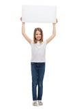 Uśmiechniętego małego dziecka mienia pusta biała deska Fotografia Stock