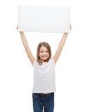 Uśmiechniętego małego dziecka mienia pusta biała deska Fotografia Royalty Free