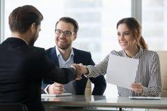 Uśmiechniętego pracodawcy handshaking kandydata męski gratulowanie z obrazy stock