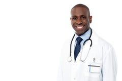 Uśmiechniętej afrykańskiej samiec doktorski pozować Zdjęcie Stock