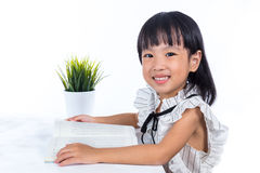 Uśmiechniętej Azjatyckiej Chińskiej małego biura damy czytelnicza książka Zdjęcia Royalty Free