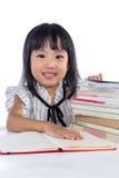 Uśmiechniętej Azjatyckiej Chińskiej małego biura damy czytelnicza książka Obraz Royalty Free