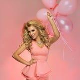 Uśmiechniętej blondynki piękna kobieta. Obraz Royalty Free
