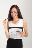 Uśmiechniętej brunetki biznesowa dama z papierowej klamerki deską Obrazy Royalty Free